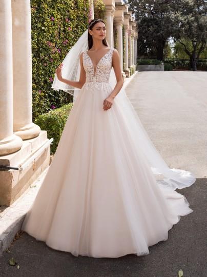 Pronovias  Off-White Tulle & Lace Kerberos Feminine Wedding Dress